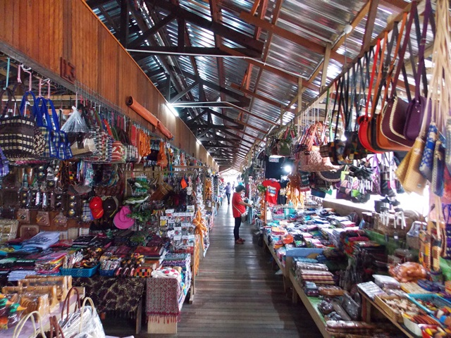 Short stop at Nabalu Market to buy souvenir